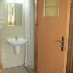 27.d. łazienka w pokoju w apartamenciku